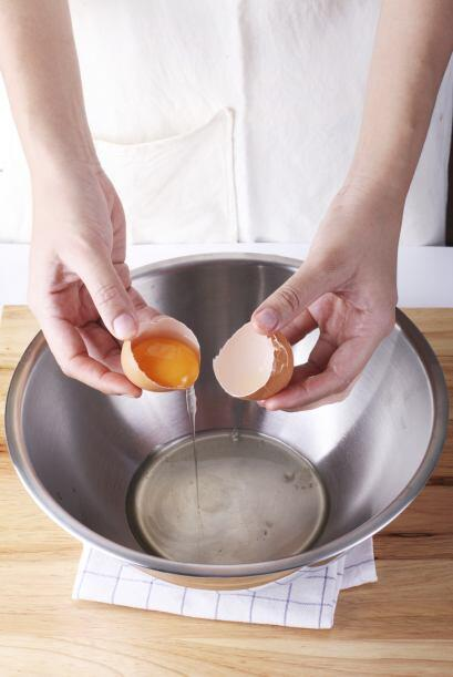 Al prepararlo. Saca los huevos del refrigerador al menos una hora, y has...