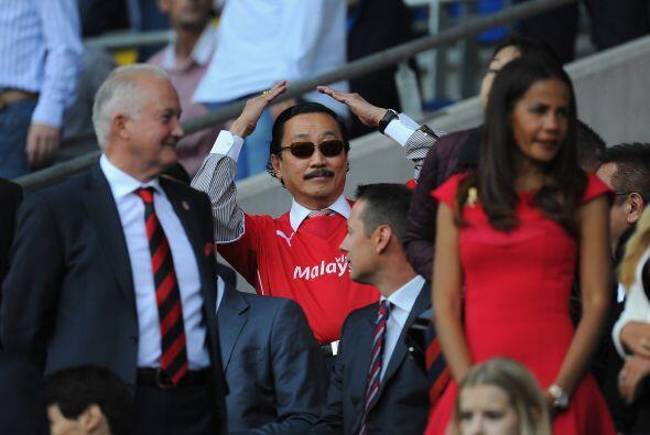 El dueño del equipo galés, el malasio Vincent Tan, recibió la ovación de...