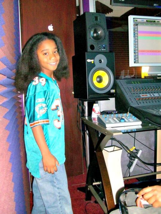 En su casa le dicen Baby Boy, es productor de su propia música y usa la...