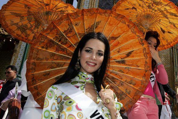 Como una manera de honrar la sede de Miss Universo 2004, las participant...