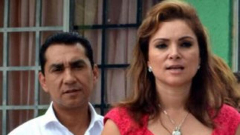 María de los Ángeles Pineda Villa, adelante de su marido, José Luis Abar...