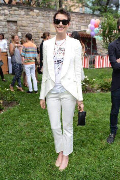 Anne Hathaway suele combinar el traje con playeras, no pueden negar que...