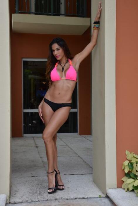 Esta sexy mujer tiene unas piernas muy largas y estilizadas que la hacen...