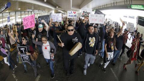 Miles de manifestantes marcha por la carretera del área de llegadas del...
