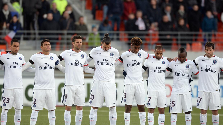Los jugadores dek PSG en un minuto de silencio