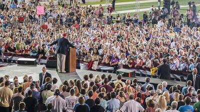 Donald Trump abarrota estadio en Alabama