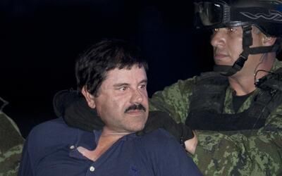 """Joaquín """"El Chapo"""" Guzmán es escoltado esposado..."""