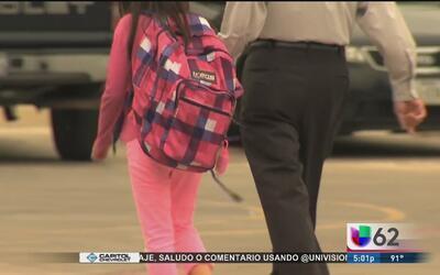 Gobernador de Texas aprueba una ley que castigará a educadores involucra...