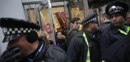 Policías cubren a los compradores en Chicago durante Black Friday.