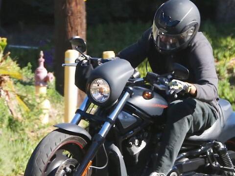 Bruce cambió los autos deportivos por una moto.