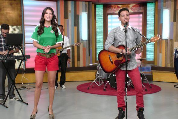El cantante venezolano llegó con todo y su guitarra dispuesto a deleitar...