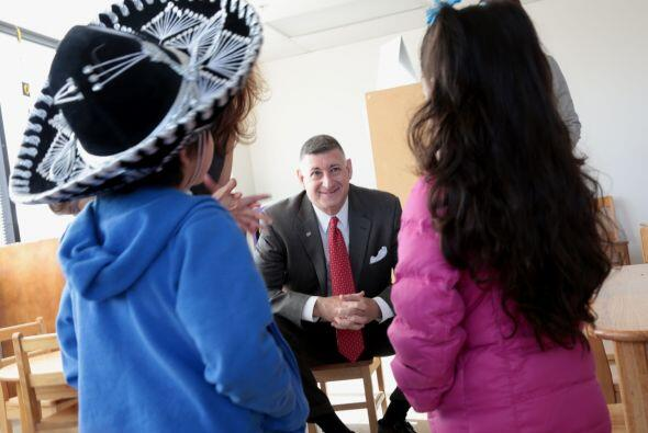 Como parte del Mes de Acción por los Niños Larry Sands gerente general d...