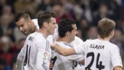 Jesé es levantao por Arbeloa luego de que marcara el segundo gol de los...