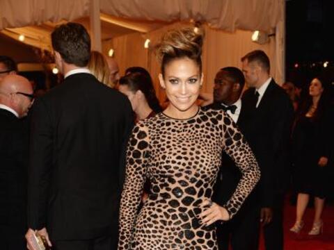 Jennifer Lopez causó sensación en la alfombra roja de la gala MET.