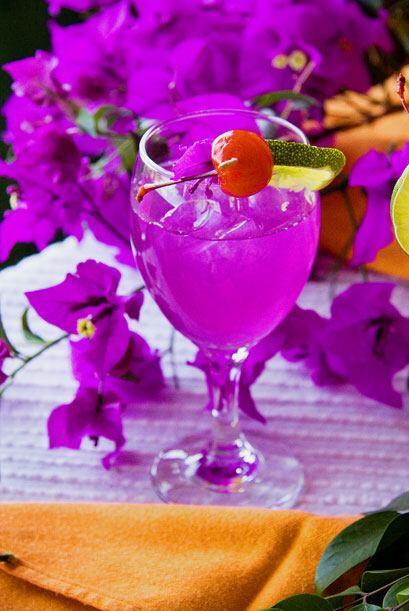 No es color artificial, es agua de bugambilia, tambien de Guadalajara.