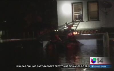 Increíble rescate de una familia atrapada en su casa inundada por las fu...
