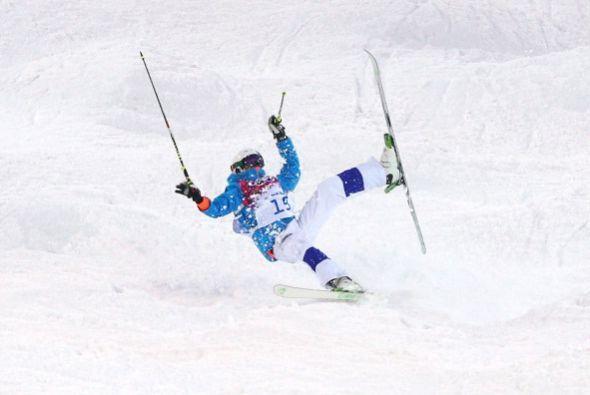 Ville Miettunen, de Finlandia, perdió el equilibrio y también cayó sobre...