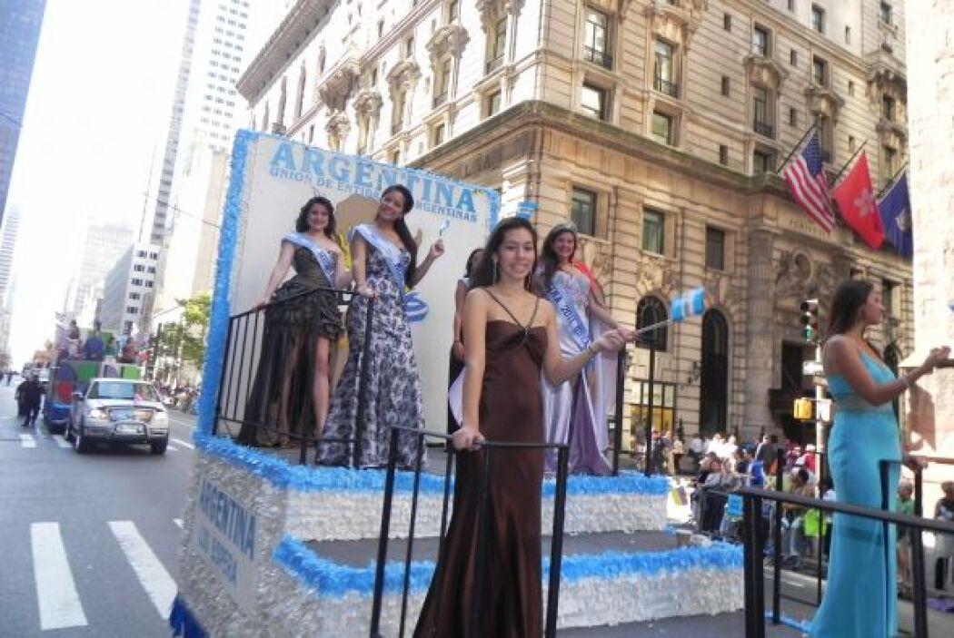 Las reinas del desfile de la hispanidad en Nu 062b8dc377c1470ab8948d8d8e...