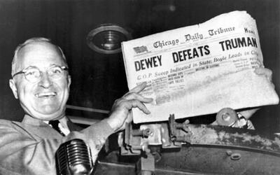Truman enseña el ejemplar del 'Chicago Daily Tribune' que augurab...