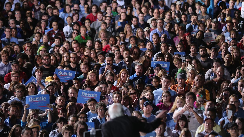 Bernie Sanders se dirige a una multitud en Manassas, Virginia