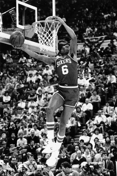 1985 - Julius Erving de los 76ers de Filadelfia realiza unas clavadas es...