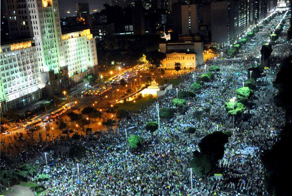 Unos 800.0000 manifestantes protestaban este jueves en las calles de las...