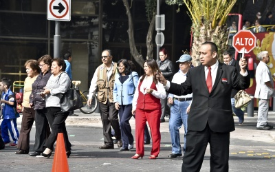 Edificios fueron desalojados tras el sismo  y la gente esperó en la calle