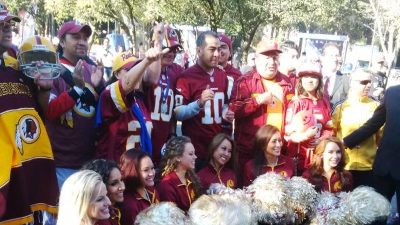 Las porristas de los Washington Redskins animaron a los corredores de la...