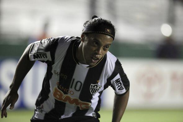 Los futbolistas favoritos de Ronaldinho son: Pelé, Zico y Rivaldo.