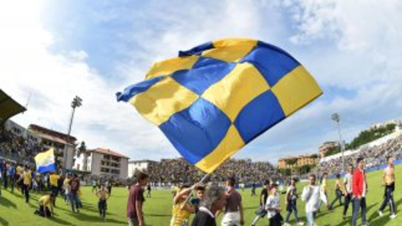 Jugadores y aficionados del Frosinone celebran su ascenso.