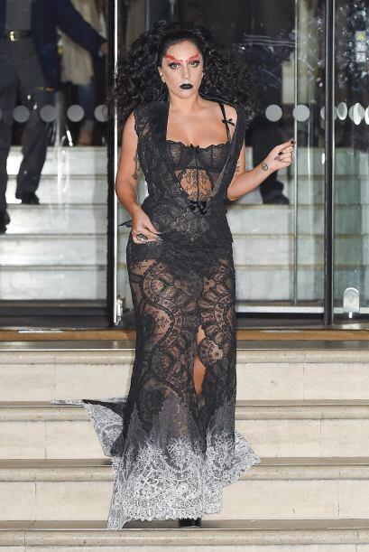 Un atrevido vestido negro y una peluca son solo el principio.