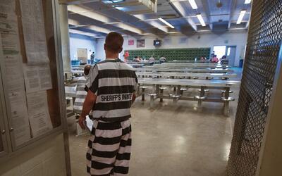 Un detenido dentro de las instalaciones de la cárcel del condado...