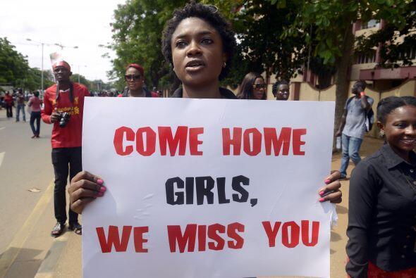 """Vuelvan a casa niñas, las extrañamos"", dice un cartel."