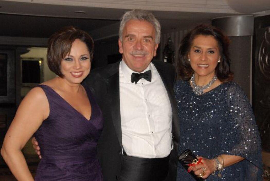 El actor José Elías Moreno y su esposa fueron padrinos de la boda. Aquí...