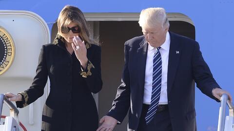 Melania Trump vuelve a esquivar la mano de Donald Trump en su llegada a...