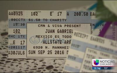 Fanática atesora boletos del concierto de Juan Gabriel en Chicago
