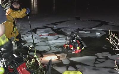 Impresionante rescate de unos jóvenes que cayeron en las heladas aguas d...