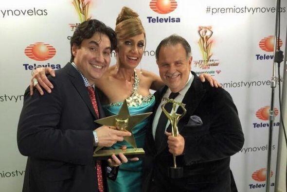 Aquí vemos a los conductores con Lucho Borrego, el editor de TVyNovelas...