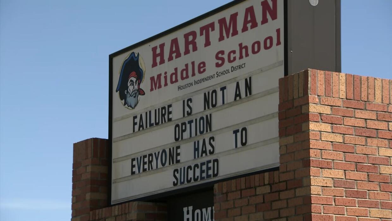 Un exempleado de la secundaria Hartman en Houston fue acusado de asalto...