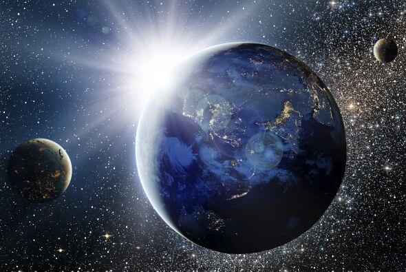 Un planeta retrógrado significa que visto desde la Tierra parece como si...