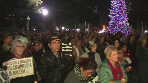 Una multitud protesta en contra de la islamofobia y el racismo