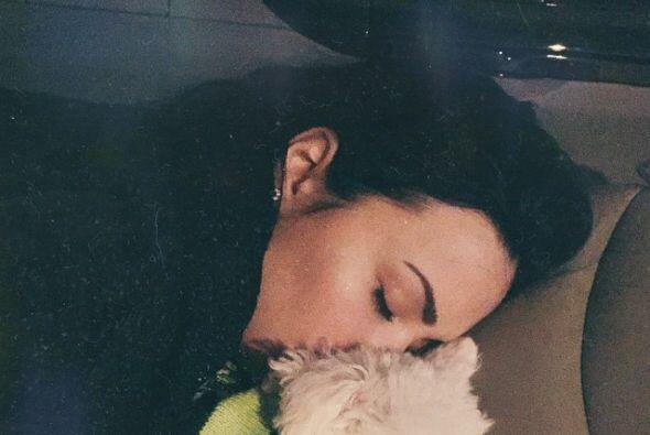 Demi hasta dormida se ve guapa en sus fotos con su mascota.