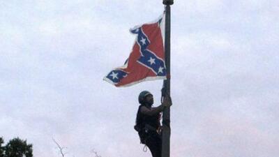 Mujer es arrestada por bajar bandera confederada