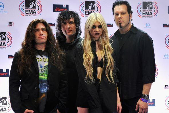 Taylor con sus compañeros de banda en The Pretty Reckless.  Claro...