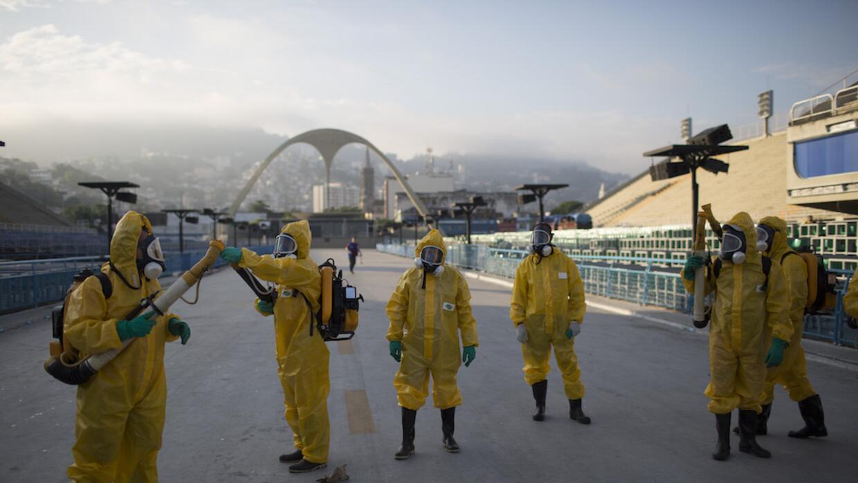 Funcionarios sanitarios fumigan ell Sambódromo en Río de Janeiro, Brasil.