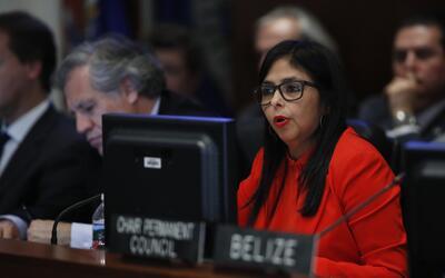 La canciller venezolana Delcy Rodríguez, derecha, con el secretar...