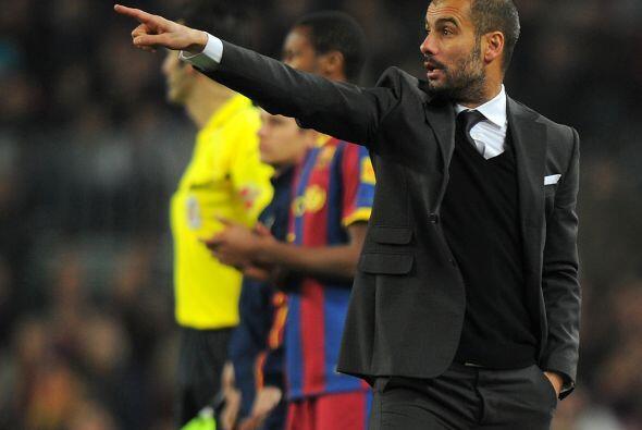 Josep Guardiola no dejaba de darle indicaciones a sus dirigidos.