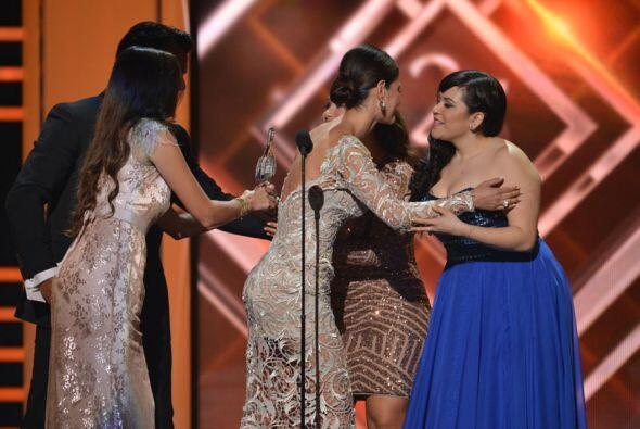 Las jóvenes agradecieron al público por haberle dado el premio a su mami.