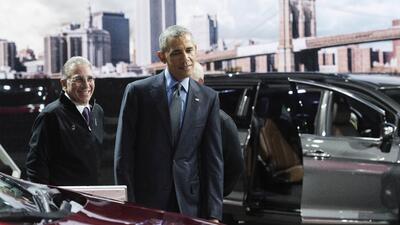 Obama examina a la nueva Chrysler Pacifica en el Auto Show de Detroit 2016