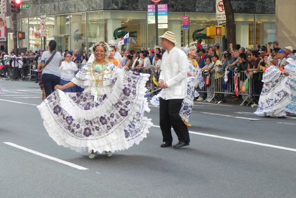 Familias hispanas desfilan por la 5ta Avenida 073fc26f3cbe48608b6f55d5b8...